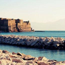 Tassa-di-soggiorno-Napoli-guida-obblighi-e-tutto-dellimposta-di-soggiorno-per-gli-host-Particolare-castel-dellOvo.